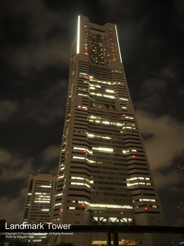 深夜の横浜ランドマークタワー